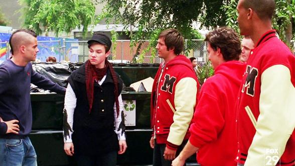 01×02. Курт Хаммел (второй слева) ежедневно испытывает повышенное внимание со стороны мужчин