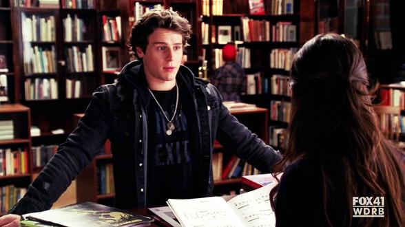 01×14. Среди книг Рейчел находит парня, который «достоин её таланта и любви». Это Джеcси, он из «Вокального адреналина»